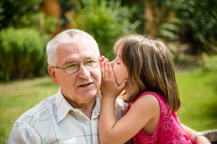 8 tips prácticos para comunicarse con alguien con demencia o alzhéimer