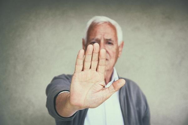 ¿Qué hacer cuando un adulto mayor se niega a recibir ayuda?